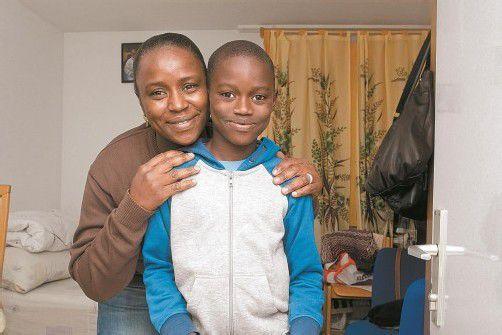 """Ansumana und seine Mutter Fatoumata Jallow wohnen derzeit noch im Caritas-Flüchtlingswohnheim """"Haus Abraham"""" in Feldkirch-Gisingen. Foto: VN/Steurer"""