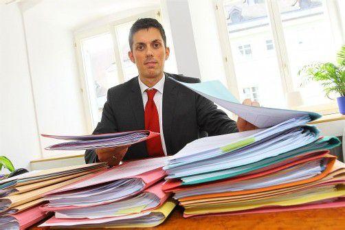 Auf Simon Mathis' Schreibtisch stapeln sich die Akten. Foto: VN/HB