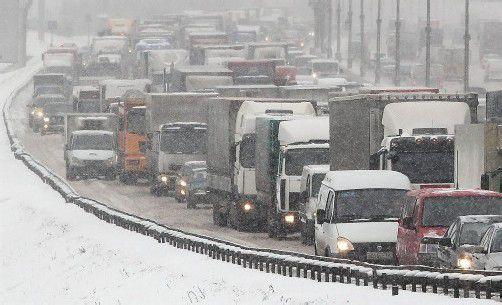 Auf den Straßen bildeten sich kilometerlange Staus – 12.000 Räumfahrzeuge waren im Einsatz. Foto: epa