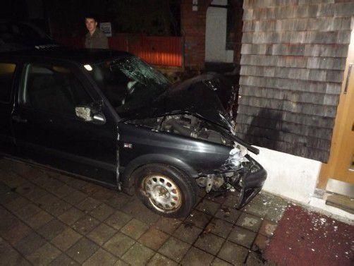 Auto und Hausmauer wurden stark beschädigt. Foto: PI Bezau