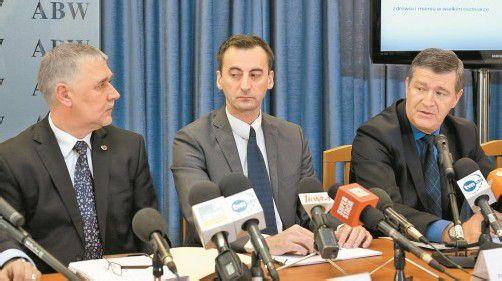 Bilkiewicz vom Sicherheitsdienst (l.) und die Staatsanwälte Krason und Wrona (r.) gaben die Festnahme des Verdächtigen bekannt. Foto: EPA