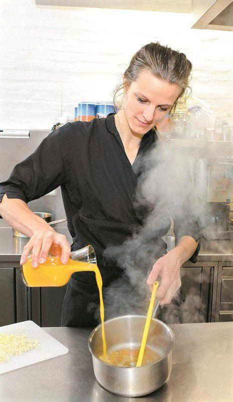 Den karamellisierten Zucker mit frisch gepresstem Orangensaft ablöschen. Fotos: VN/B. HOfmeister