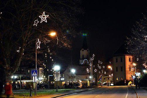 Der Christbaumschmuck in Hohenems wird heuer um Sterne und Stabelemente ergänzt. Foto: cth