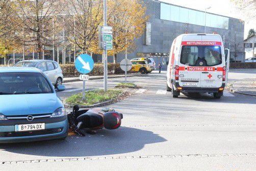 Der Mopedfahrer prallte frontal gegen den Wagen. vol.at/schmidt