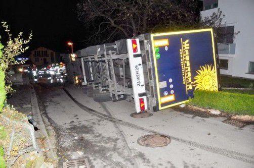Der Sattelzug kippte um und landete im Garten eines Wohnhauses. Foto: Polizei Hohenems