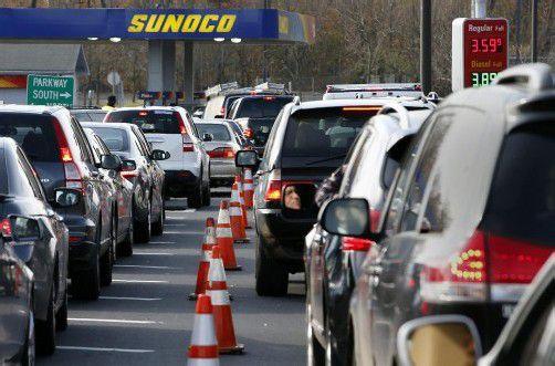 Der Treibstoff wird rationiert – lange Warteschlangen vor den Tankstellen. Foto: ap