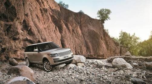 Die Ikone der Premium-Geländewagen schlechthin ist der Range Rover. Er ist in seiner neuesten Generation frisch verjüngt und gewichtsreduziert.