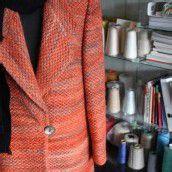 Die Kursleiterin verarbeitet selbst gewebte Stoffe zu Kleidung.