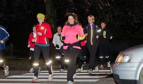 Die Laufgruppe Hohenems absolviert ihre Runden jeden Dienstag. Reflektoren dürfen dabei nicht fehlen. Foto: vn/neufert