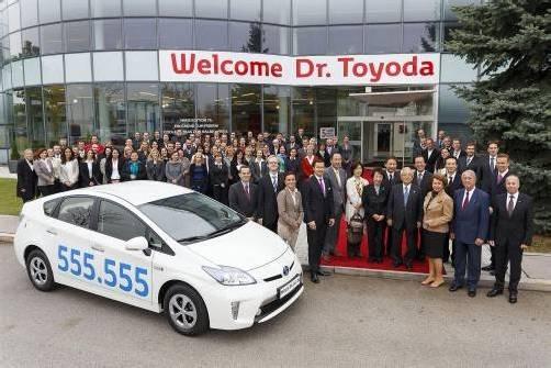 Die Mitarbeiter des Unternehmers KR Friedrich Frey, Importeur von Toyota in Österreich, bei der Auslieferung des 555.555. Importfahrzeugs.