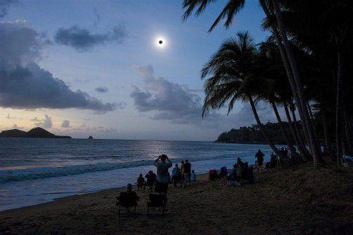 Die Zuschauer verfolgten das Ereignis am Mittwoch von Booten und Heißluftballons, Bergspitzen und Stränden aus. Foto: epa