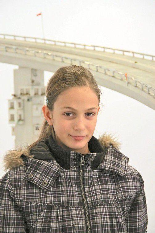 Die elfjährige Maya Kremmel hat die Ausstellung mit Arbeiten von Judith Saupper in der Galerie Hollenstein angesehen. Fotos: A. Grabher