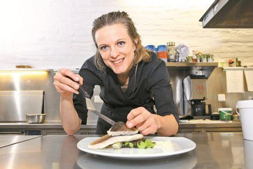 Die erwärmte Crème auf einen Teller streichen, Salat darauf anrichten und das Fischfilet schräg daraufsetzen. Fotos: VN/B. Hofmeister