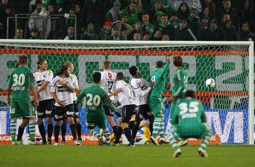 Die spielentscheidende Szene: Muhammed Ildiz (Nummer 20) erzielte das 3:2 für Rapid. Foto: gepa