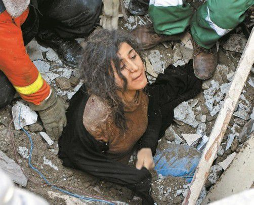 Diese palästinensische Frau wurde aus den Trümmern gerettet. Foto: ap