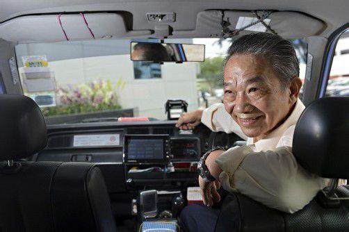 Dieser ehrliche Taxifahrer brachte das in einer Plastiktüte verstaute Geld zum Fundbüro seiner Taxigesellschaft. Foto: REUTERS