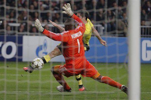 """Dortmunds Pole Robert Lewandowski wird immer mehr zum """"Mr. Doppelpack"""": Der Stürmer erzielte auch beim 4:1 in Amsterdam zwei Treffer für den BVB. Foto: ap"""