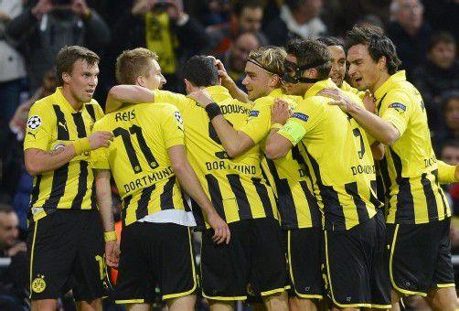 Dortmunds Torschütze Marco Reus (Zweiter von links) wird von seinen Mitspielern enthusiastisch gefeiert. Foto: Reuters