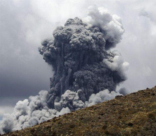 Dutzende Wanderer, die an den Hängen des Vulkans unterwegs waren, konnten sich gerade noch rechtzeitig in Sicherheit bringen.