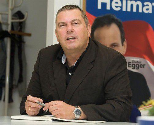 Ein Bild mit Symbolcharakter: Parteichef Egger steht hinter seinem Geschäftsführer Eccher – sehr zum Ärger der politischen Mitbewerber.