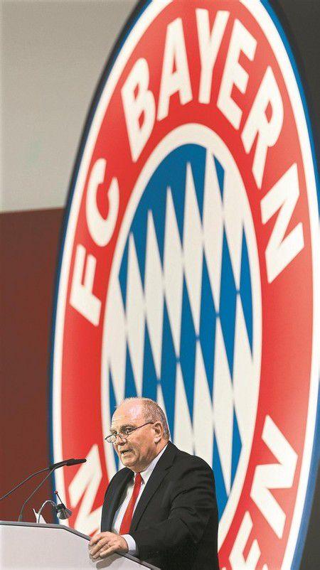 Ein stolzer Bayern-Präsident Uli Hoeneß präsentiert die Zahlen. Foto: Ap