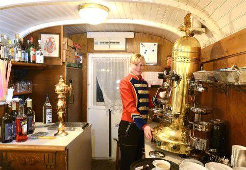 Elena im knapp 100 Jahre alten Buffetwagen. Fotos: VN/Stiplovsek