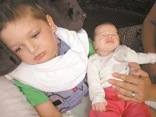 Emilian mit seinem Schwesterchen Solea. Der Bub wird niemals Fahrrad fahren oder zur Schule gehen können. Foto: privat