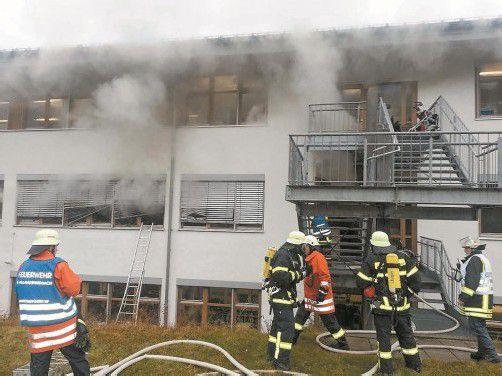Etwa 300 Einsatzkräfte – darunter auch zahlreiche Psychologen, die sich um die Überlebenden und Angehörigen kümmerten – waren beim Großbrand im Schwarzwald im Einsatz. Fotos: DPA. EPA, REUTERS