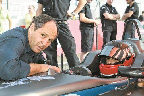 Ex-Formel-1-Star Gerhard Berger (l.) baut seinen Neffen Lucas Auer behutsam auf. Foto: manfred noger
