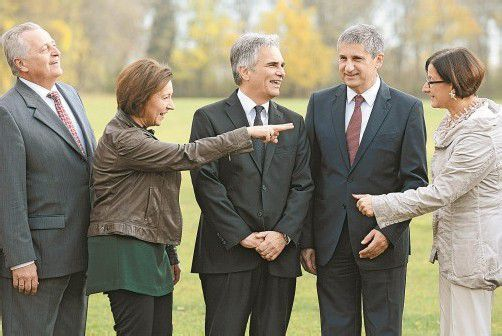 Fröhliche Regierungsmitglieder (v. l.): Hundstorfer (Soziales), Heinisch-Hosek (Frauen), Faymann, Spindelegger, Mikl-Leitner (Inneres). Foto: APA