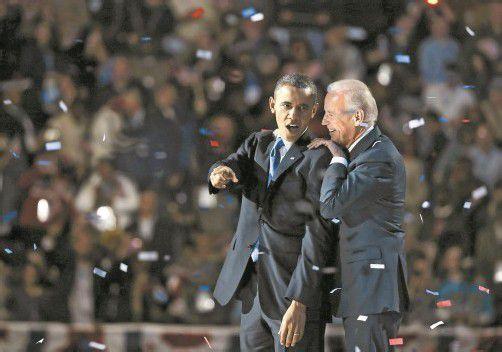 Genießen den Jubel von 15.000 Anhängern in Chicago: US-Präsident Barack Obama und Vizepräsident Joe Biden, der ebenfalls im Amt bestätigt wurde. Foto: EPA