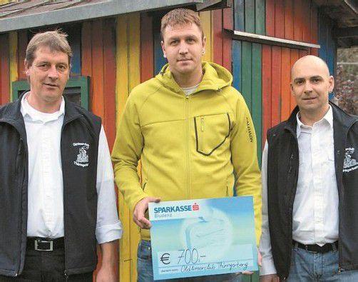 Günther Konzett und Peter Handlos bei der Spendenübergabe an Daniel Bereuter (M.). Foto: HRONEK