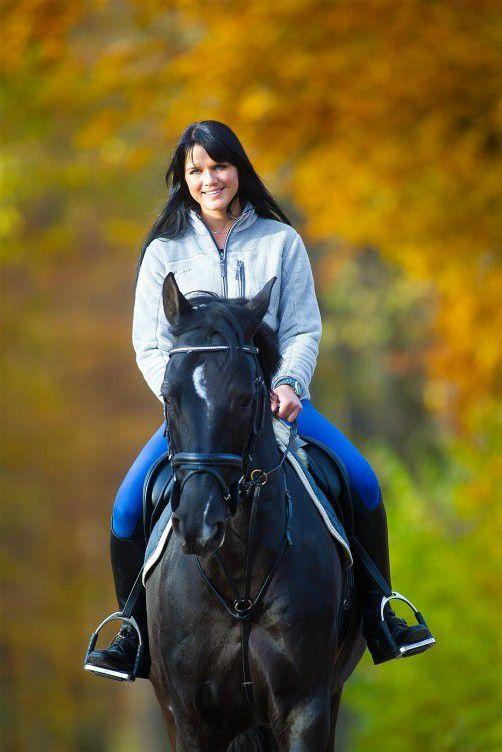 """Hoch zu Ross: Annette aus Mellau genießt mit Pferd """"C'est la vie"""" die herbstliche Landschaft. Fotos: VN/Steurer"""