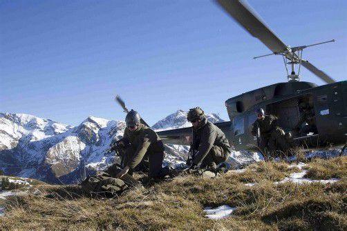 Im Mittelpunkt der Übung stehen Hubschraubertransporte und das Übernachten im Zelt. Fotos: VN/Paulitsch