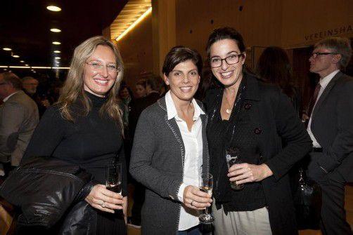 In Partylaune: Architektin Andrea Sonderegger (l.) mit Moderatorin Daniela Marte und Christine Vögel. Fotos: Privat