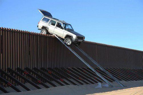 In vier Metern Höhe blieb der Geländewagen hängen. Foto: AP