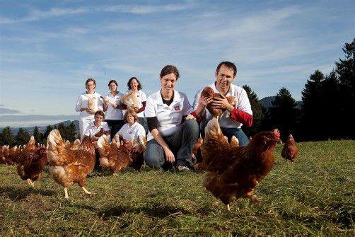 Ist mit gentechnikfreien Bio-Lebensmitteln erfolgreich: Bertram Martin (im Bild mit Mitarbeitern und Frau). Foto: VN/Hartinger
