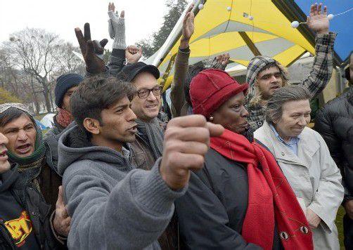 """Kabarettist Josef Hader (M.) und Flüchtlingshelferin Ute Bock (r.) unterstützen die Flüchtlinge im """"Refugee Camp Vienna"""". Foto: APA"""