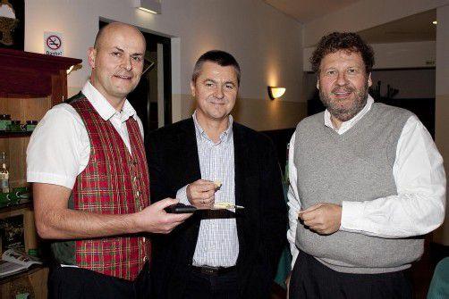 Käsekenner mit Käseproduzent: Caspar Greber (l.) mit Klaus Herburger und Joe Rupp. FotoS: FRANC