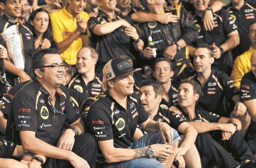 Kimi Räikkönen lächelt beim Fototermin mit dem Lotusteam – ein Bild mit Seltenheitswert. Foto: apa