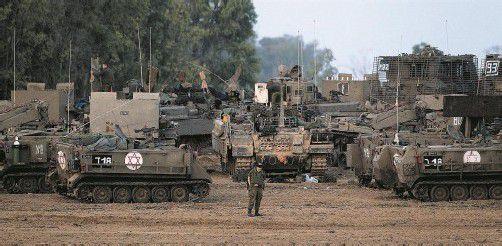 Kommt die israelische Bodenoffensive im Gazastreifen? Bis zu 75.000 Reservisten werden zu den Waffen gerufen, Panzer und Soldaten stehen an der Grenze zu Gaza bereit. Fotos: Reuters