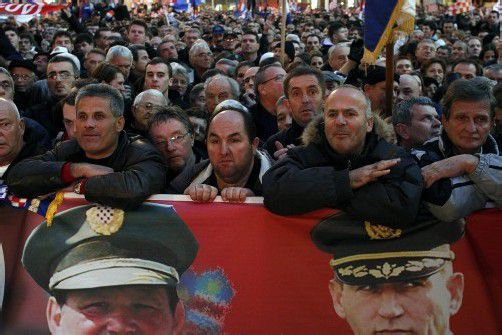Kriegsveteranen beobachteten die Live-Übertragung von General Gotovinas Ankunft am Zagreber Flughafen. Foto: ap