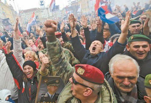 Kroatien im Siegestaumel: Kriegsveteranen feierten gestern den Freispruch für die Generäle Gotovina und Markac.