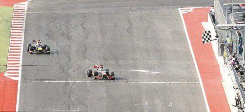 Lewis Hamilton vor Sebastian Vettel – nach dem Zieleinlauf in Austin mit Platz drei für Fernando Alonso bleibt die WM bis zum letzten Lauf in São Paulo spannend. Foto: reuters