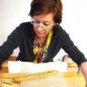 Luise Sutter aus Ludesch arbeitet an einem filigranen Vorhang.