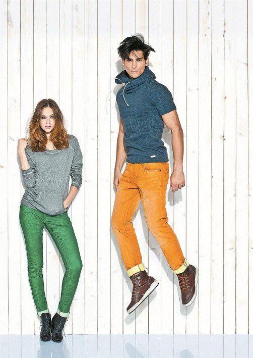Modefans machen Luftsprünge in trendigen Jeans in Gewürzfarben. Foto: One green elephant bei kleider bauer