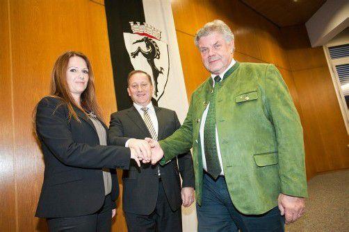 Neu gewählt und von Bürgermeister Katzenmayer (r.) angelobt: Vizebürgermeisterin Carina Gebhart und Stadtrat Luis Vonbank. Foto: VN/Harti