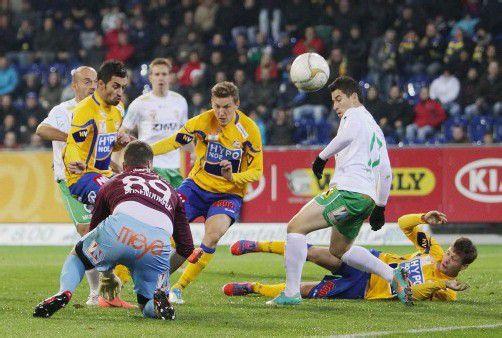 Noch ist ungewiss, ob Austrias Danilo Soares (r.) schon am Freitag gegen BW Linz wieder spielen kann. Foto: Diener