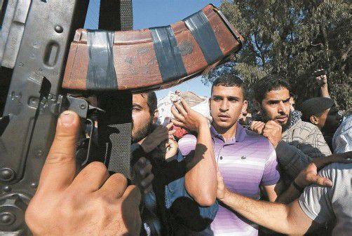Palästinenser schworen beim Trauerzug für Militärchef Ahmed al-Dschabari Rache. Die Hamas drohte, iranische Raketen auf Tel Aviv abzufeuern. Foto: REUTERS