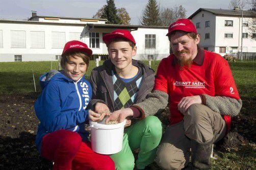 Philipp und Alexander, Schüler der Mittelschule Dornbirn-Markt, säen mit Biobäcker Markus Stadelmann alte Getreidesorten. Foto: VN/Paulitsch